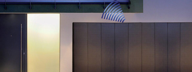 Porte de garage à déplacement latéral avec motorisation au plafond