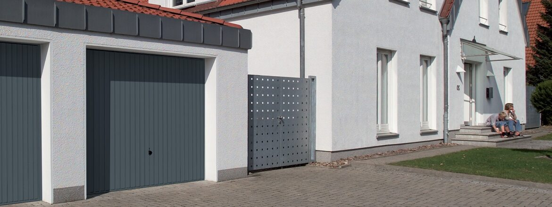 Porte basculante débordante avec rails