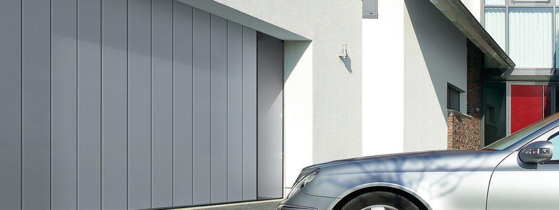 Porte de garage à déplacement latéral avec motorisation murale